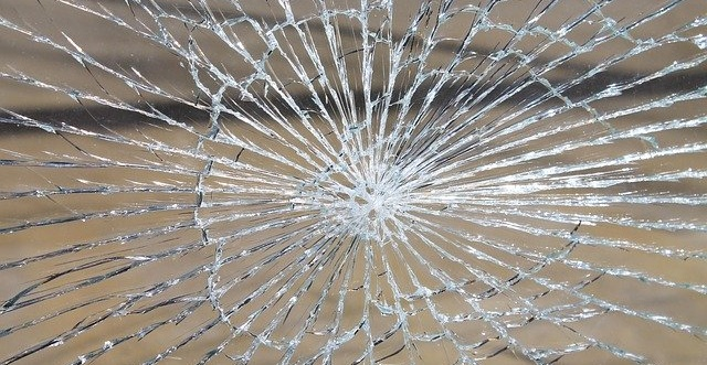 強化ガラスは割れないは間違い。飛散防止